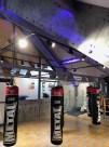 salle de fitness style industriel avec murs métal rivetés