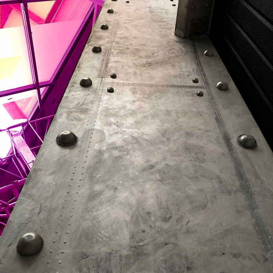 décorateur d'intérieur murs industriel poutre métallisée boulonnée et rivetée