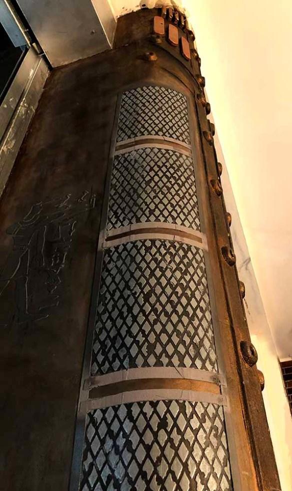 créations décoration style industriel 3D avec colonne murs metal