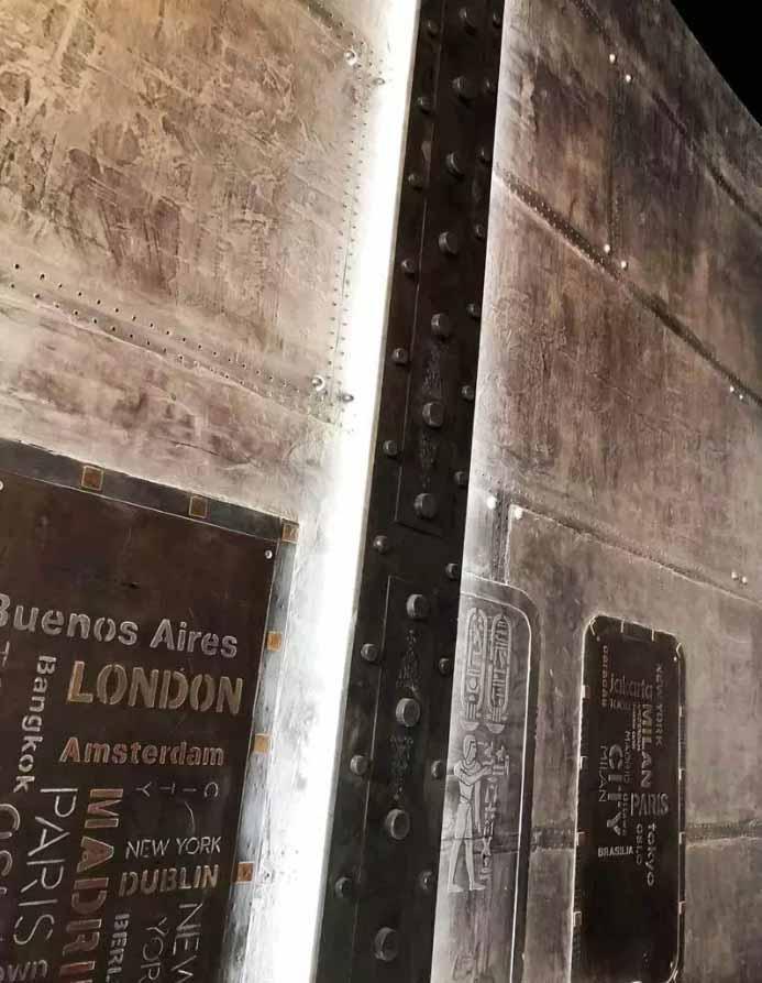 Décoration de mur industriel avec IPN style eiffel et enseigne publicitaire incrustée