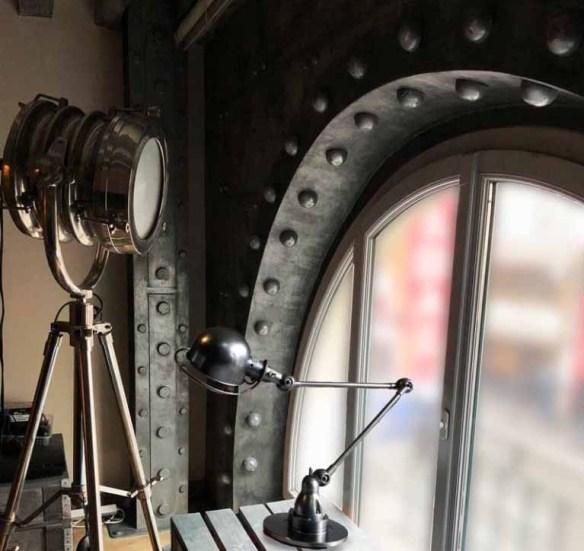 Décoration restaurant style eiffel avec arche métallisée et rivetée et IPN verrous et boulons.