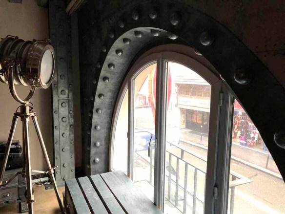 décoration de surfaces avec des murs métal style industriel