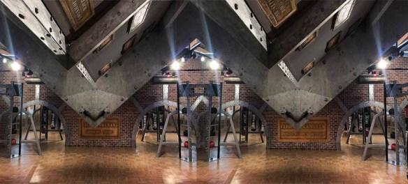 restaurant style Eiffel poutres métallisées et boulonnées sur des surfaces rivetées