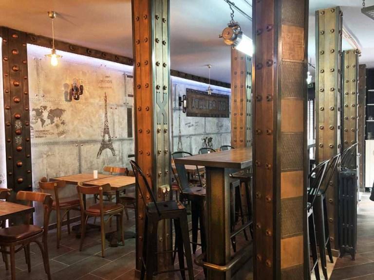 Brasserie avec murs métal sur BA13 enseignes en trompe l'oeil métal oxydé et IPN style Eiffel