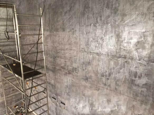 décoration de murs en construction en plaques rivetées