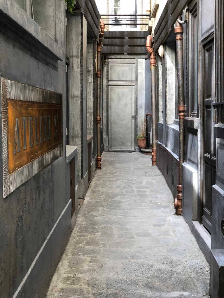 cour immeuble métallisée et customisée