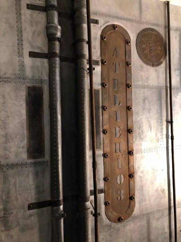 Décoration murs métalliques en plaques rivetées et boulonnées