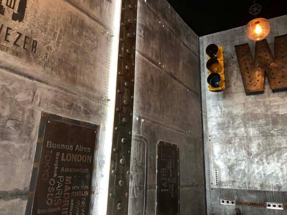 site de décoration d'intérieur - A sign on the side of a building - Wall