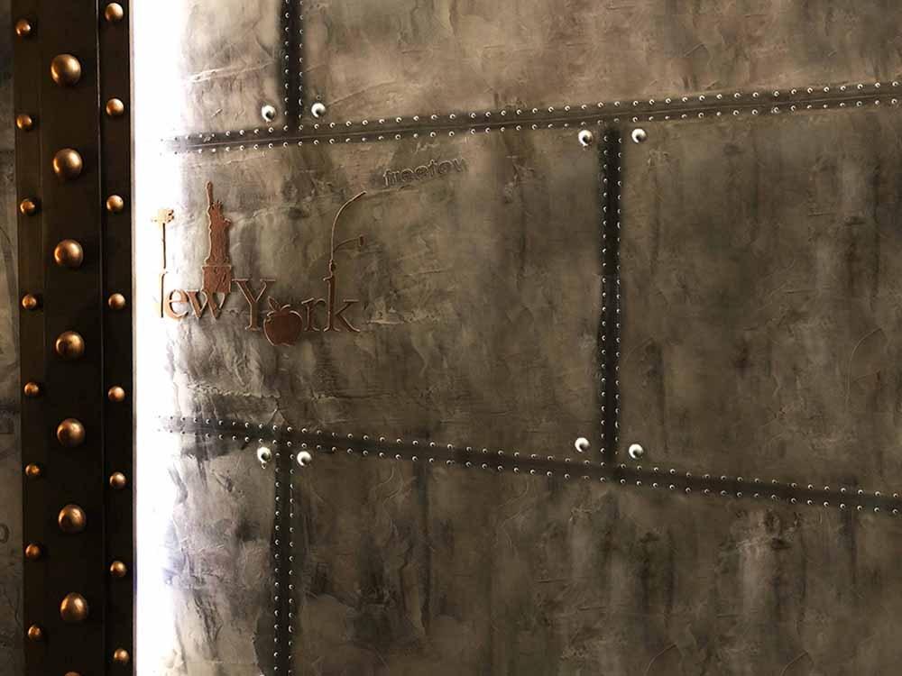 Annuaire décoration - murs métal et IPN style Eiffel A close up of a door - Wall