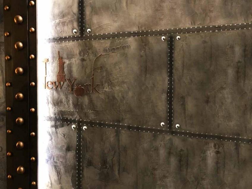 murs métalliques en trompe l'oeil - A close up of a door - Wall