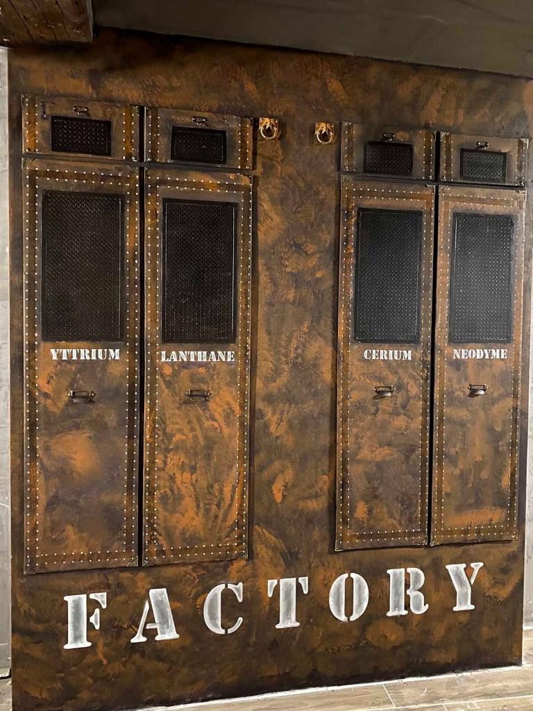décorateur d'intérieur murs industriel volumes et surfaces inspiration malles Louis Vuitton sur BA13