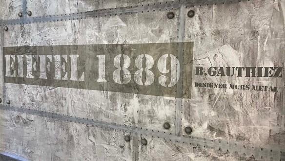 mur métal style industriel et customisation style eiffel