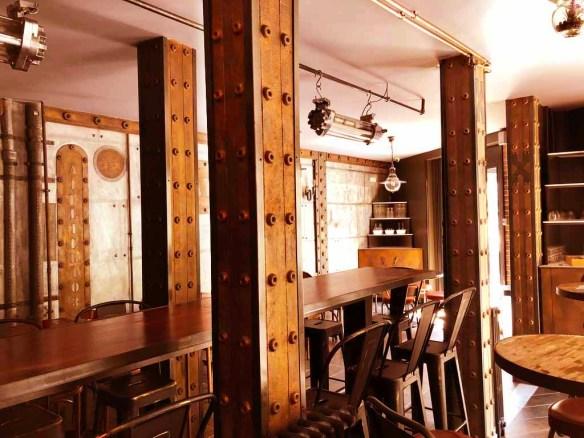 Décoration appartement Haussmannien murs métal et IPN style Eiffel