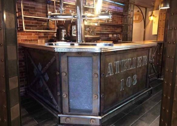Décoration restaurant bistronomique murs métal et bar style Eiffel