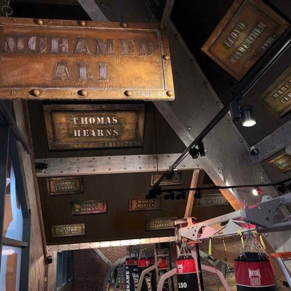 Murs métal salle de sport et poutres style Eiffel et tableaux en incrustation