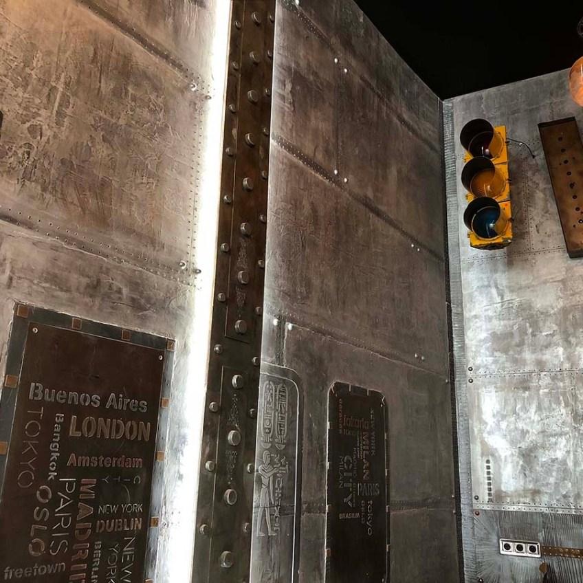 agencement brasserie style industriel murs métal et IPN style Eiffel