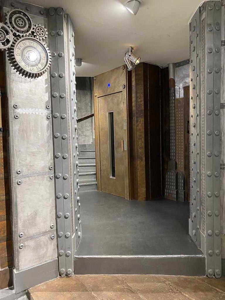 Décoration moderne de hall d'immeuble murs métal et IPN style Eiffel