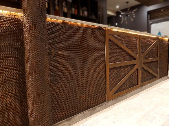 décorateur comptoir de bar armature métal oxydé en trompe l'oeil