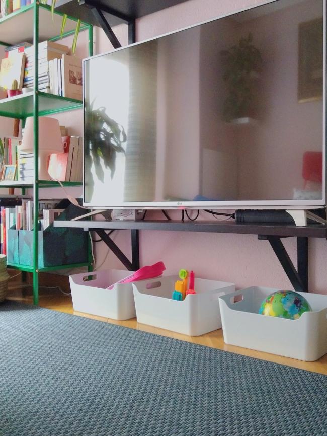juguetes ordenados en el salón