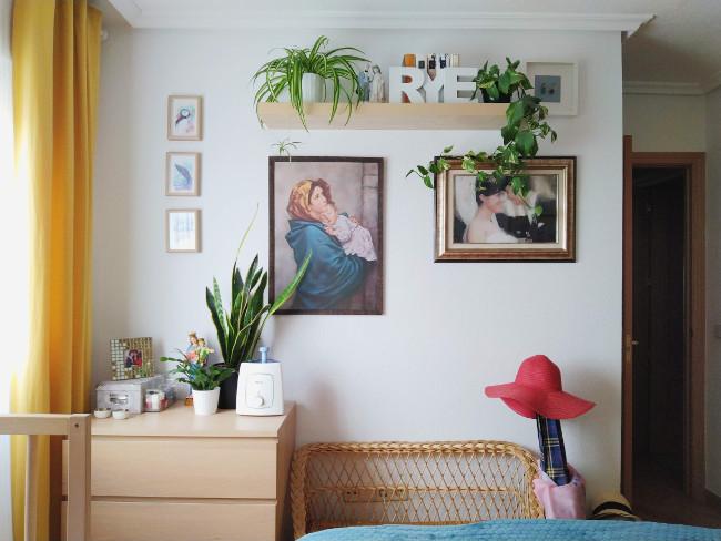 plantas y cuadros en dormitorio de matrimonio