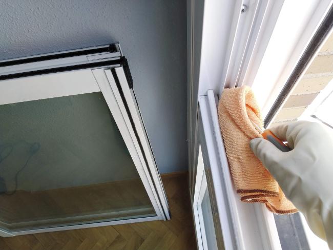 el destornillador guia al trapo en los huecos más difíciles al limpiar una ventana