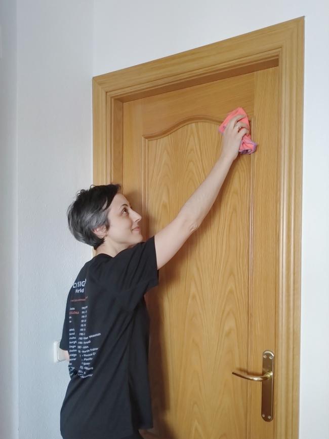 limpiar puertas y marcos con un trapo húmedo