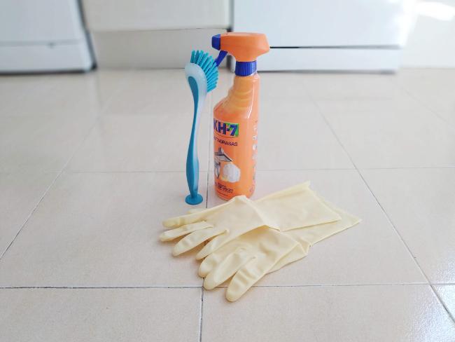 productos para limpiar la campana extractora - guantes, cepillo, quitagrasas