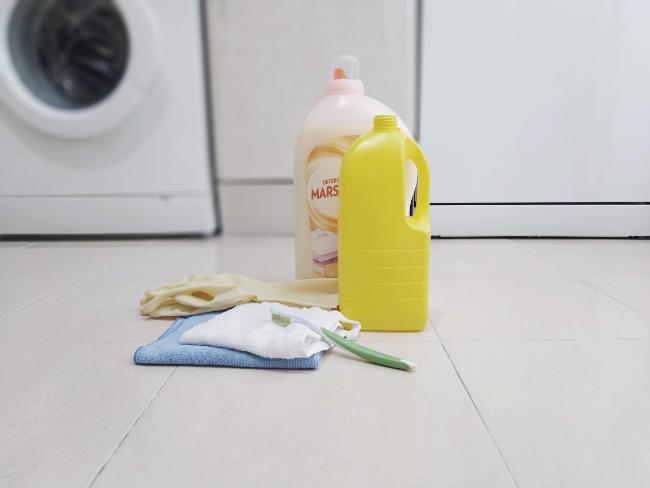productos para limpiar la lavadora - detergente, lejía, guantes, trapos, cepillo