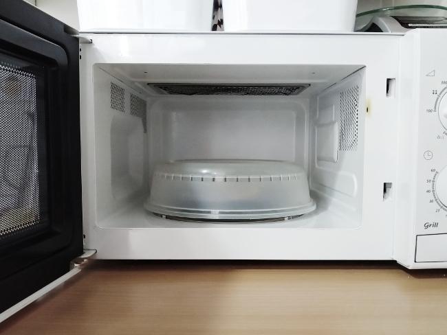 usa una tapadera para calentar los alimentos y para evitar limpiar el microondas
