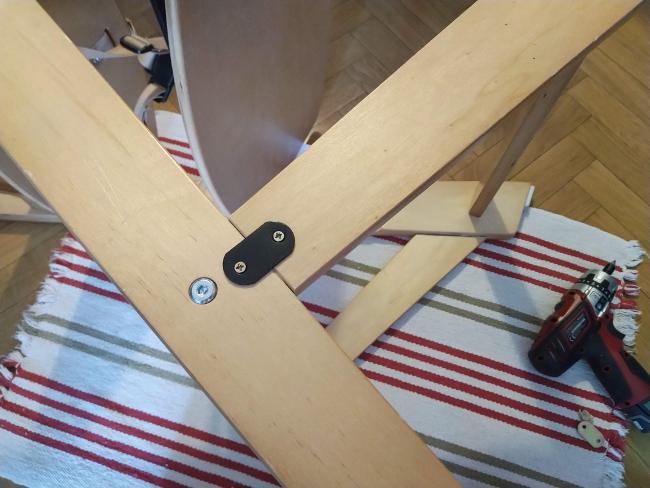 arreglando con placas de unión una silla desencolada - la plaquita debe quedar bien centrada