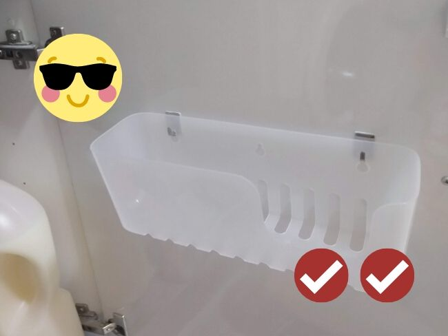 cesto colgado de una puerta con ganchos adhesivos