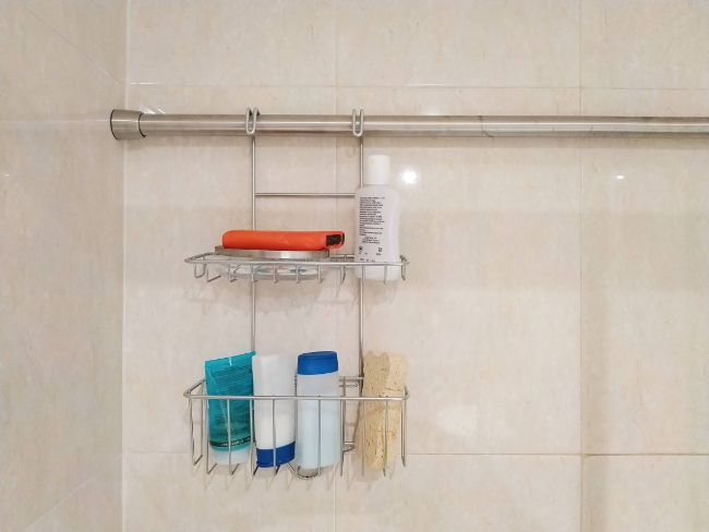 estanterías de baño sin taladrar - cesto colgado de barra de cortina