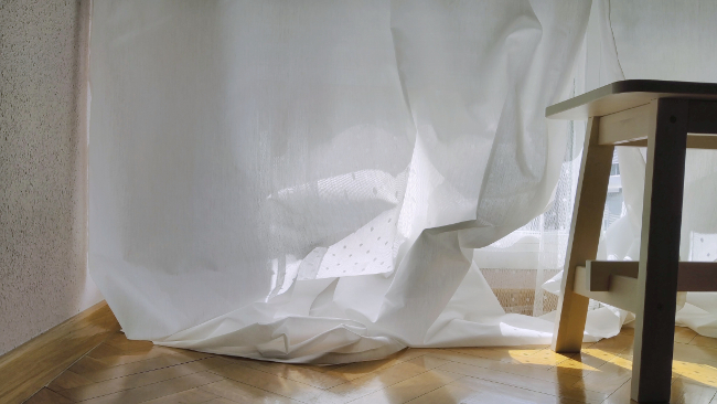 se cuelga la cortina de la barra para ajustar el largo