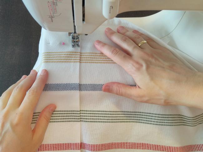 se sigue el borde del dobladillo para pasar una costura recta con la máquina de coser