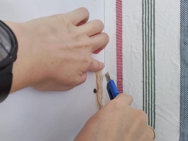 cuando la tela está seca, se corta con un cúter afilado