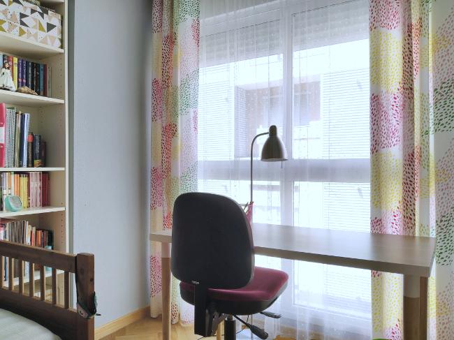 el escritorio ahora aprovecha la luz de la ventana, la librería guarda los libros y el material