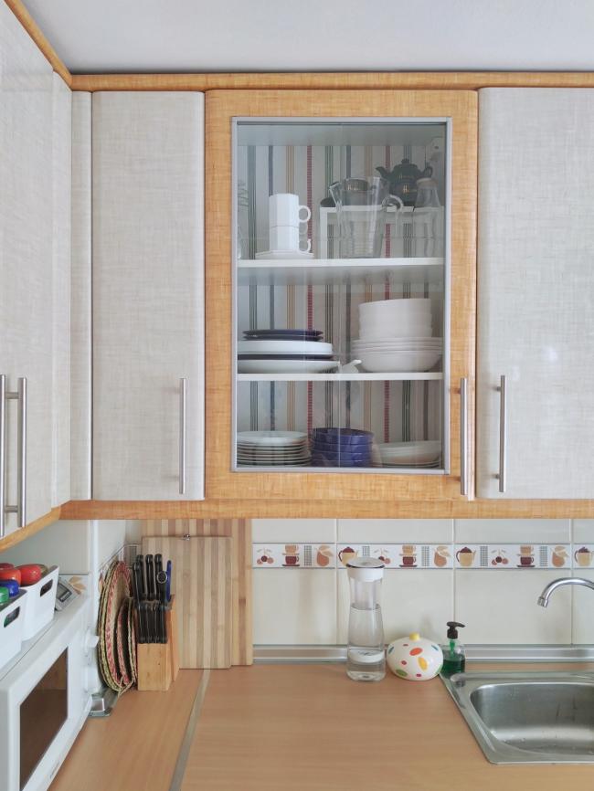 el fondo de la vitrina de la cocina empapelado con tela