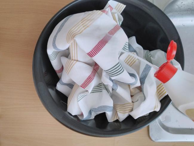 para empapelar con tela, podemos mojar directamente la tela con almidón