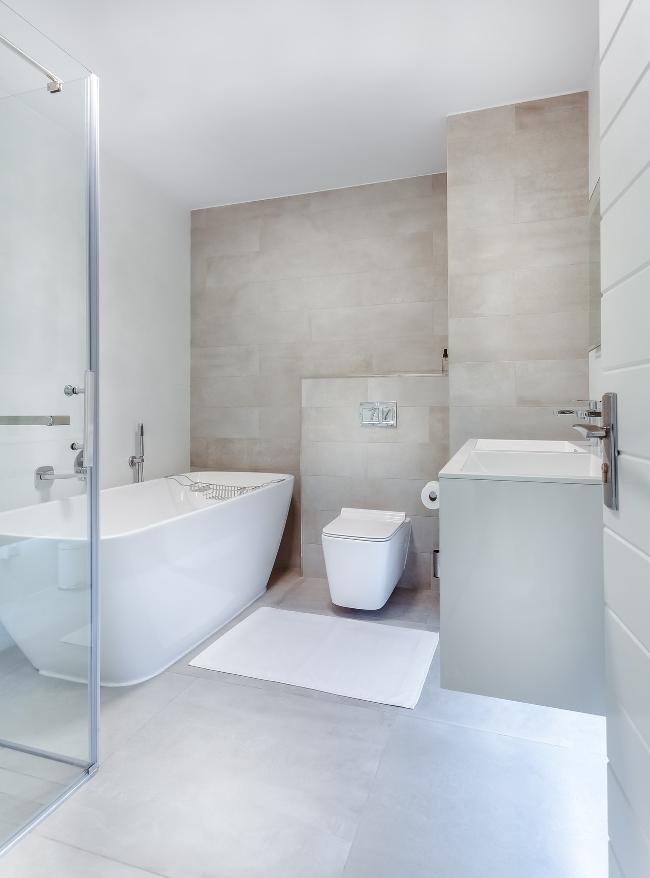 cuarto de baño de líneas sencillas y colores lisos