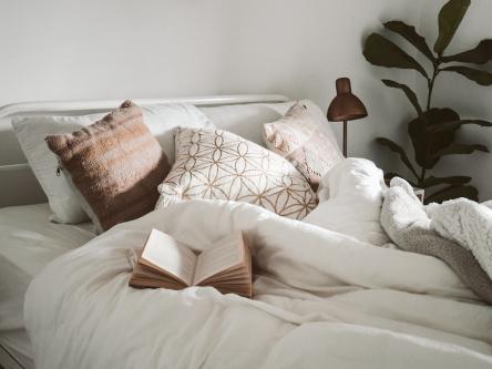 leer en la cama bajo la manta, un placer otoñal