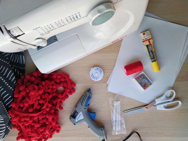 materiales para pegar una tira de pompones a una cortina
