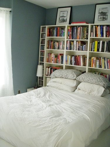 librería detrás de la cama