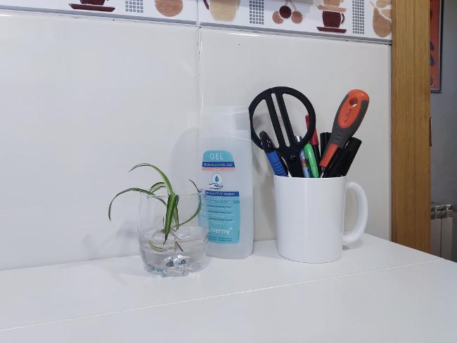 destornillador, rotuladores y tijeras en la cocina