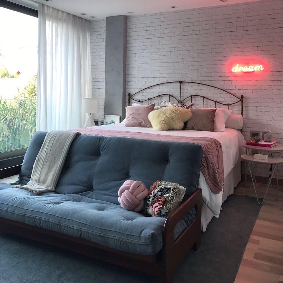 Papel de parede e neon na decoração: um upgrade rápido