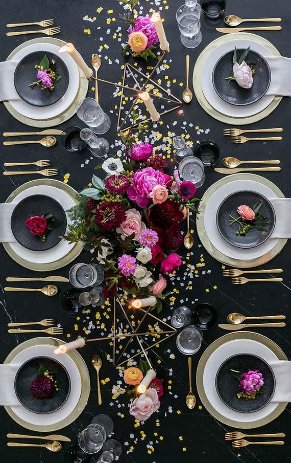 Mesa posta sofisticada com fundo preto de toalha