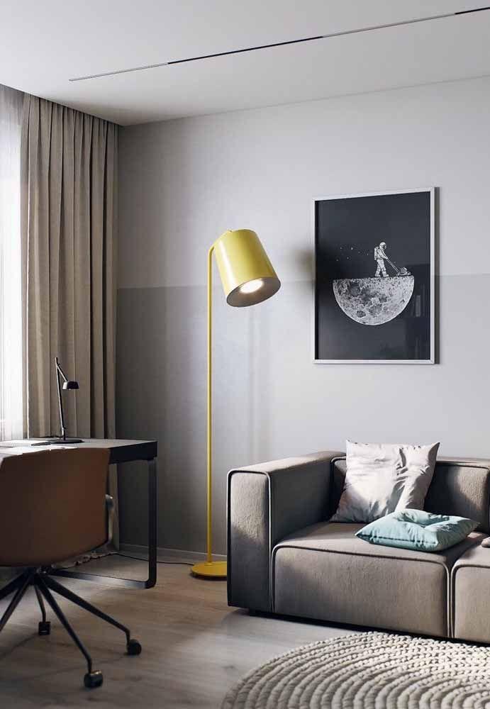 Com o amarelo não precisa muito, uma luminária de chão já é o suficiente