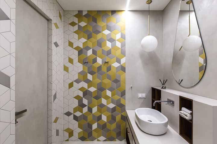 Amarelo fechado, branco e cinza formam uma combinação moderna para as pastilhas do banheiro