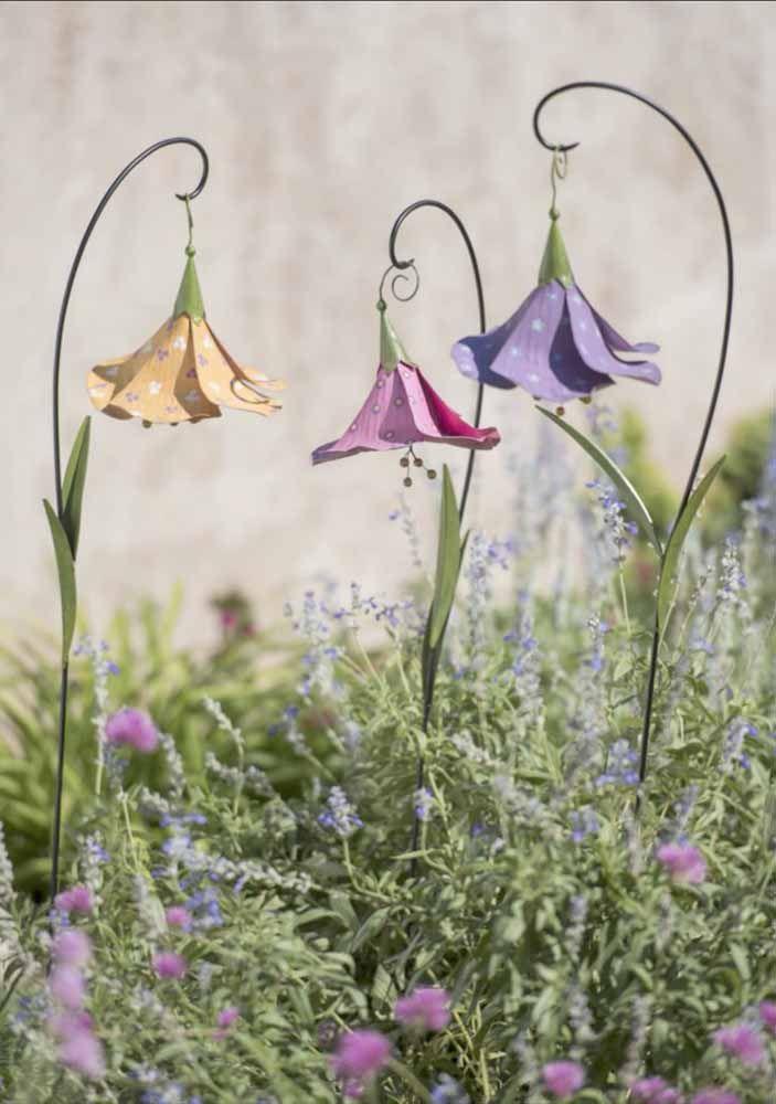 Pura delicadeza essas flores de latinha decorando o jardim