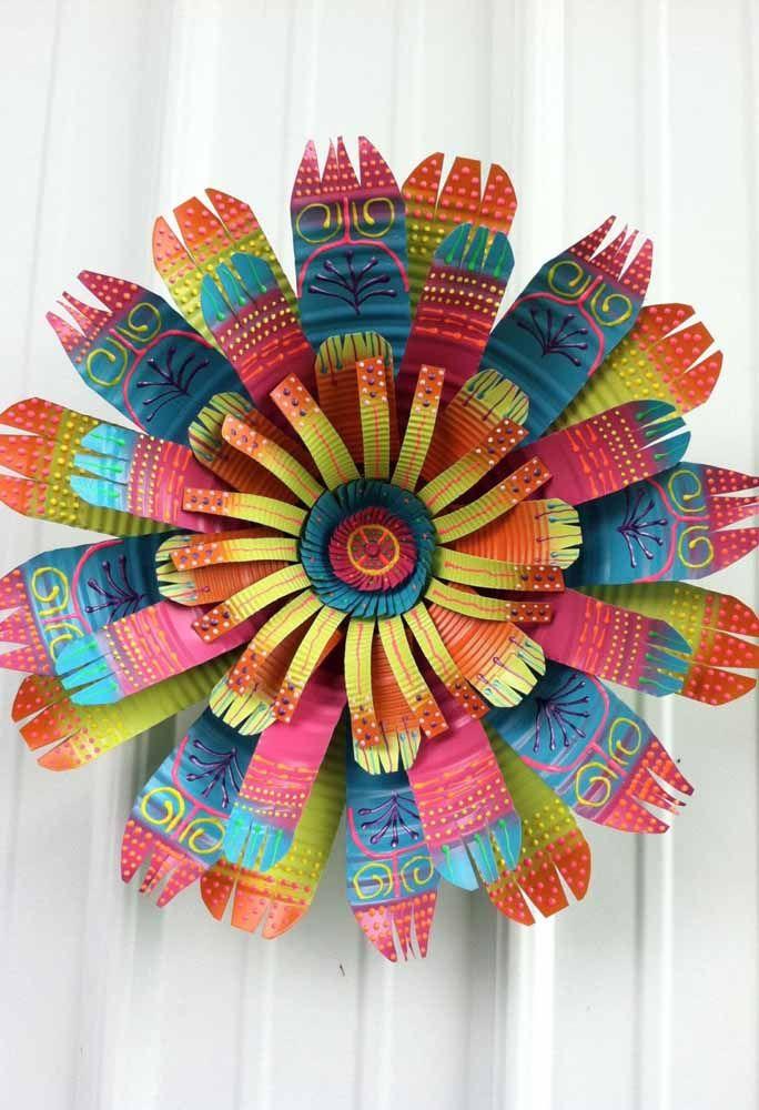 Enfeite colorido e pintado a mão; a base são latinhas de alumínio