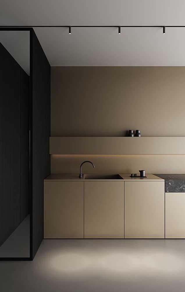 Sofisticação ao quadrado nessa cozinha de armários em tom de marfim escuro